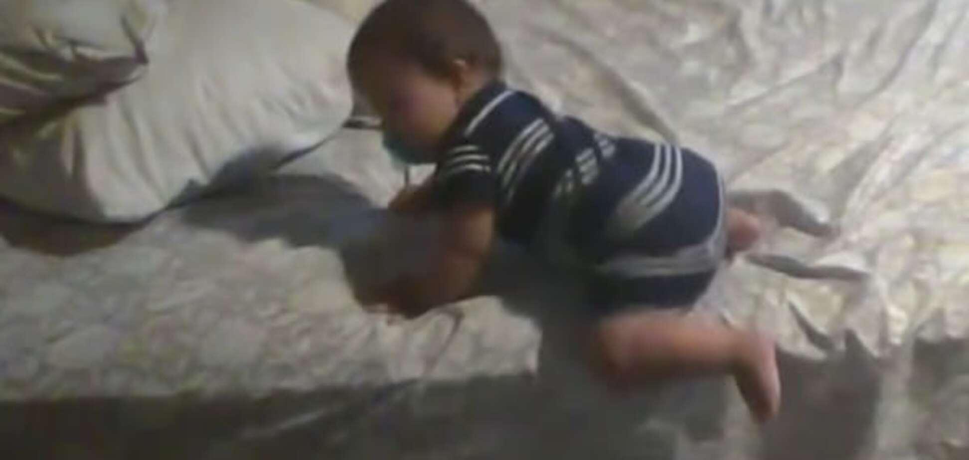 Младенец с подушками стал звездой интернета: изумительное видео