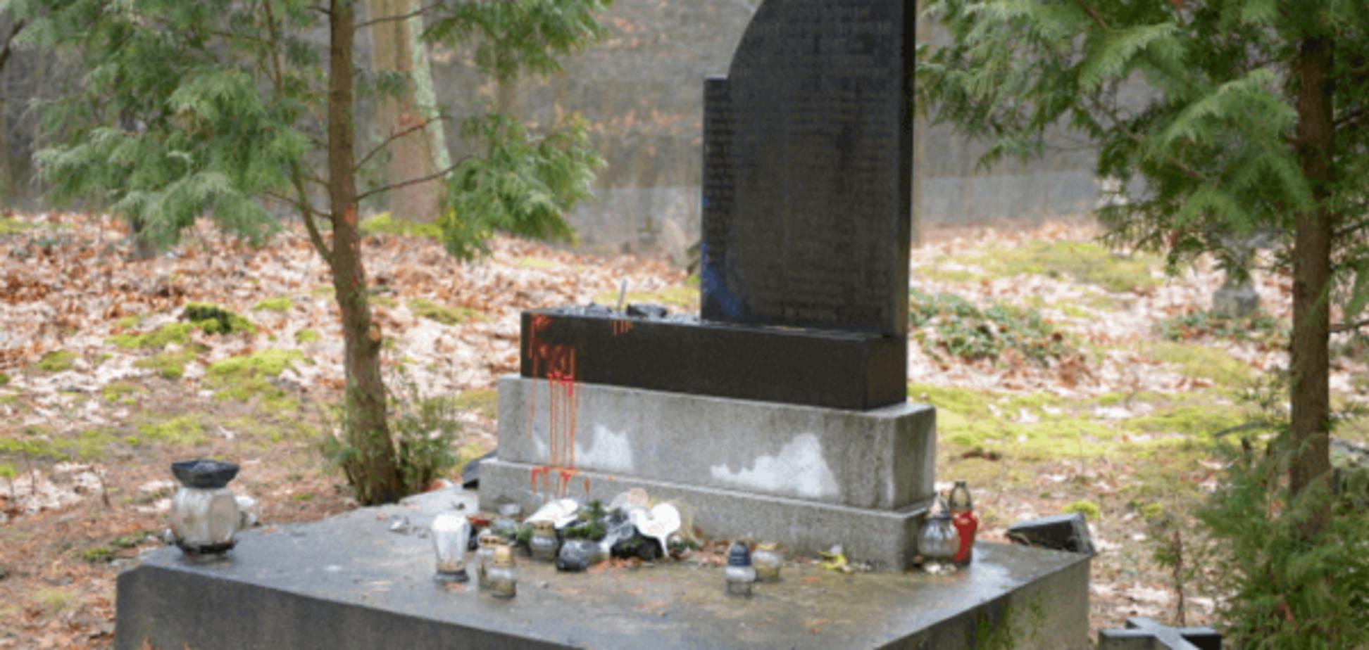 'В интересах России': в Польше вандалы разрушили памятник солдатам УПА