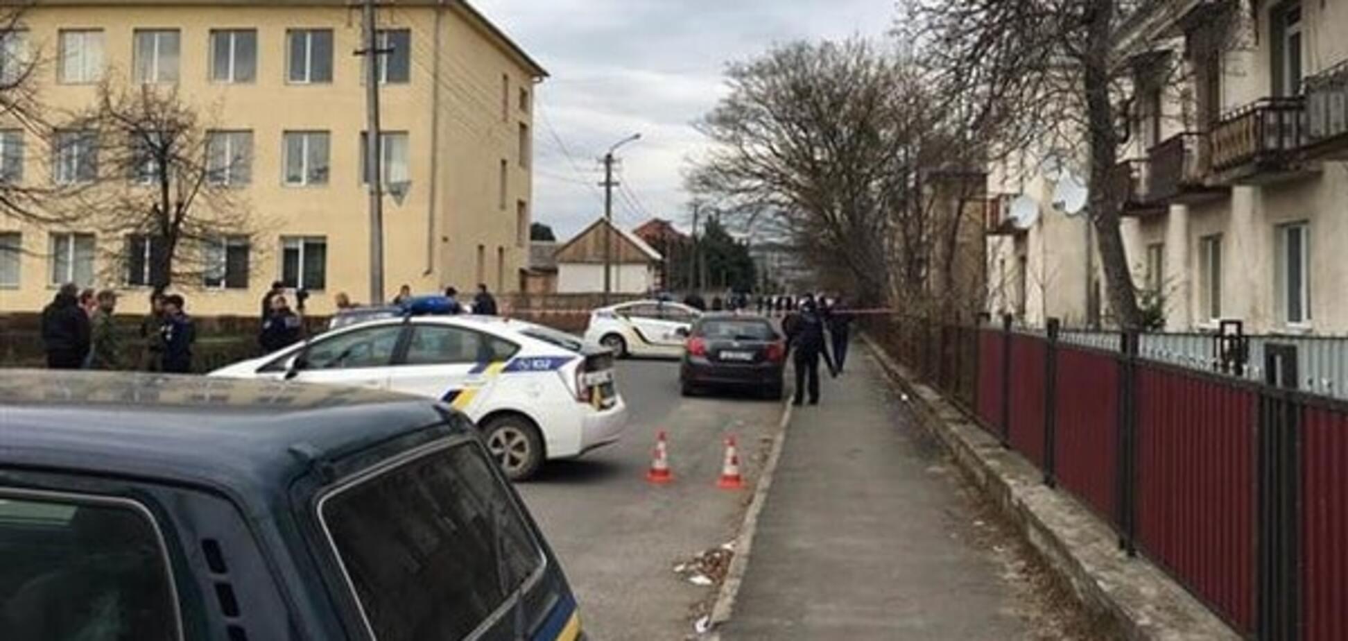 У Мукачеві невідомі влаштували розбірки зі стріляниною посеред вулиці: є поранені