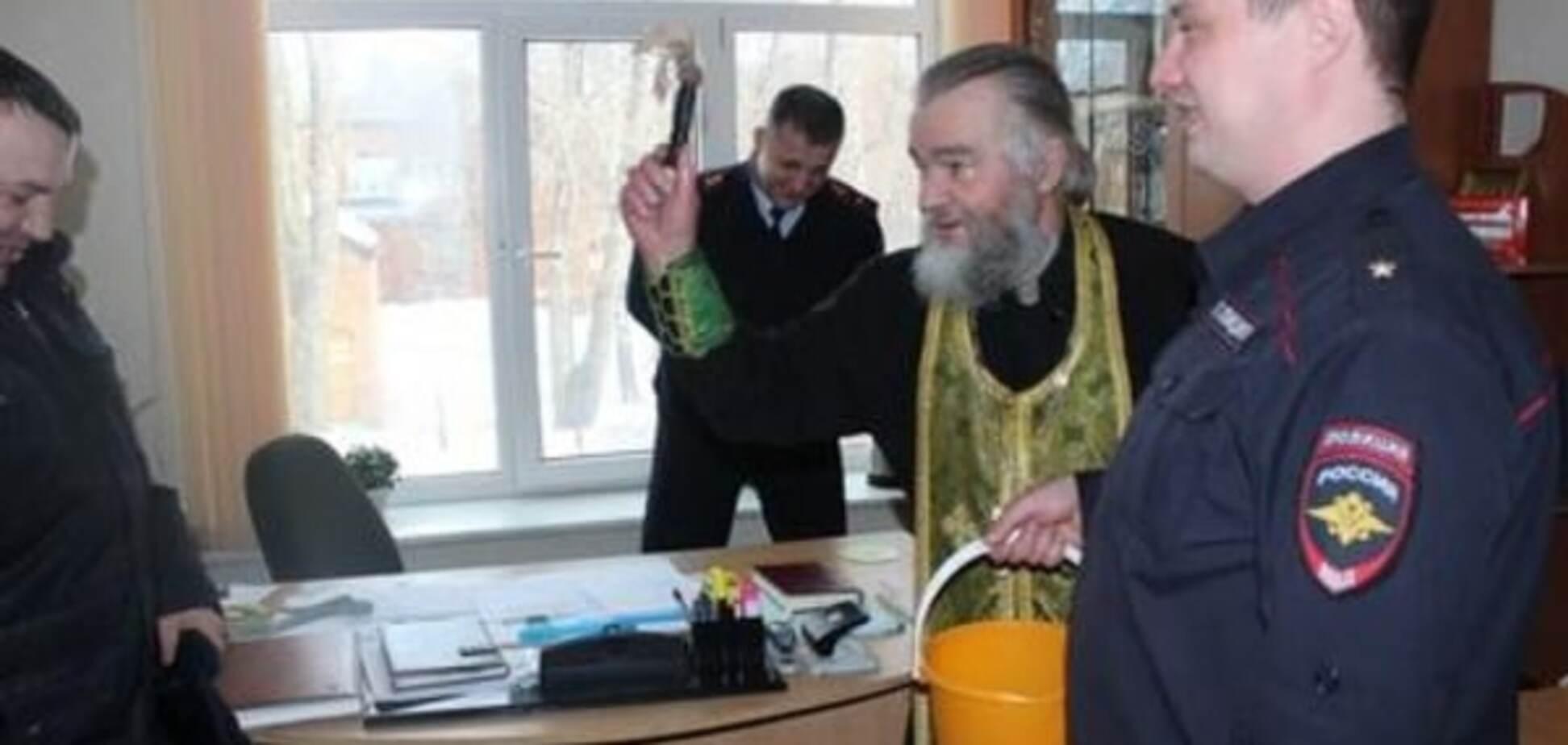 Православное безумие: в России поп в полиции 'изгонял нечисть'. Опубликованы фото