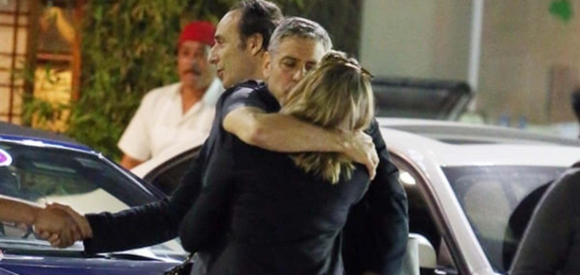Клуни застукали за поцелуями с таинственной блондинкой