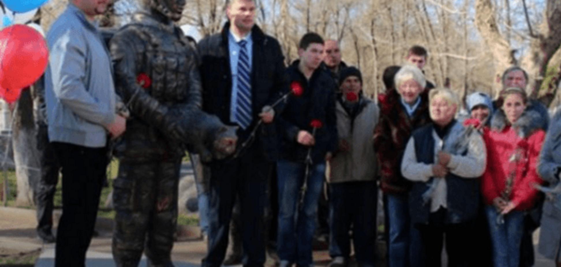 В Крыму в честь аннексии поставили памятник оккупанту-'зоофилу': фотофакт