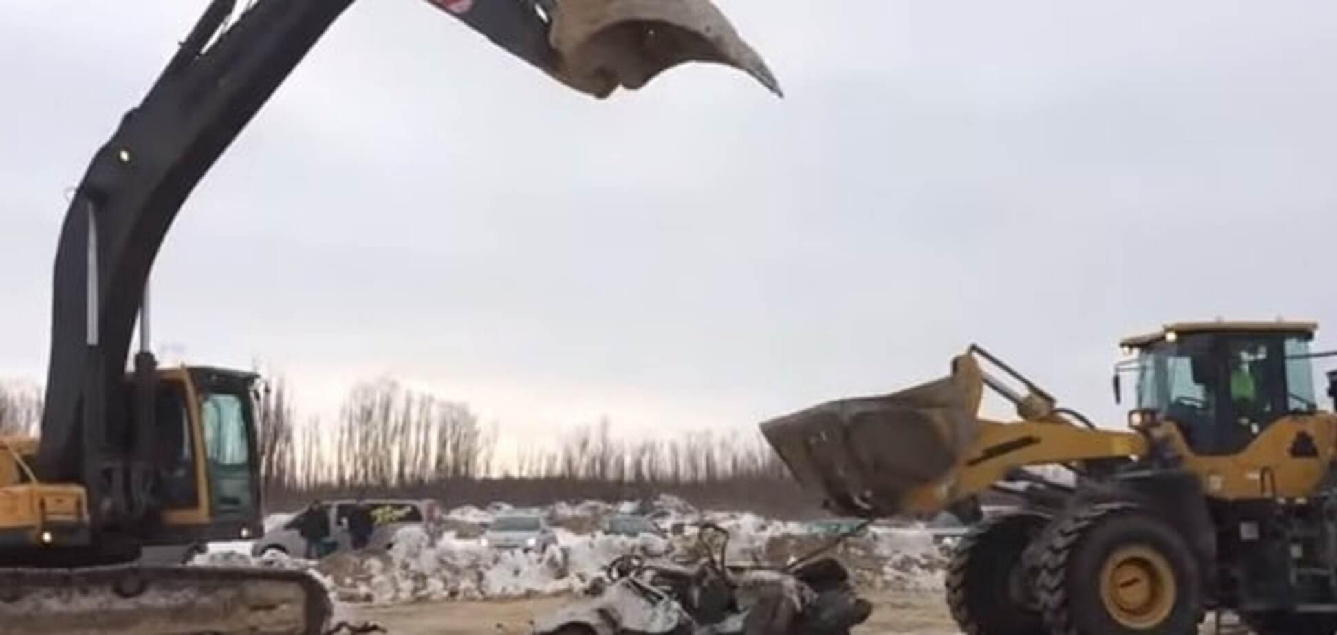 Суворі будні Росії: екскаватори знищили авто на футбольному поєдинку