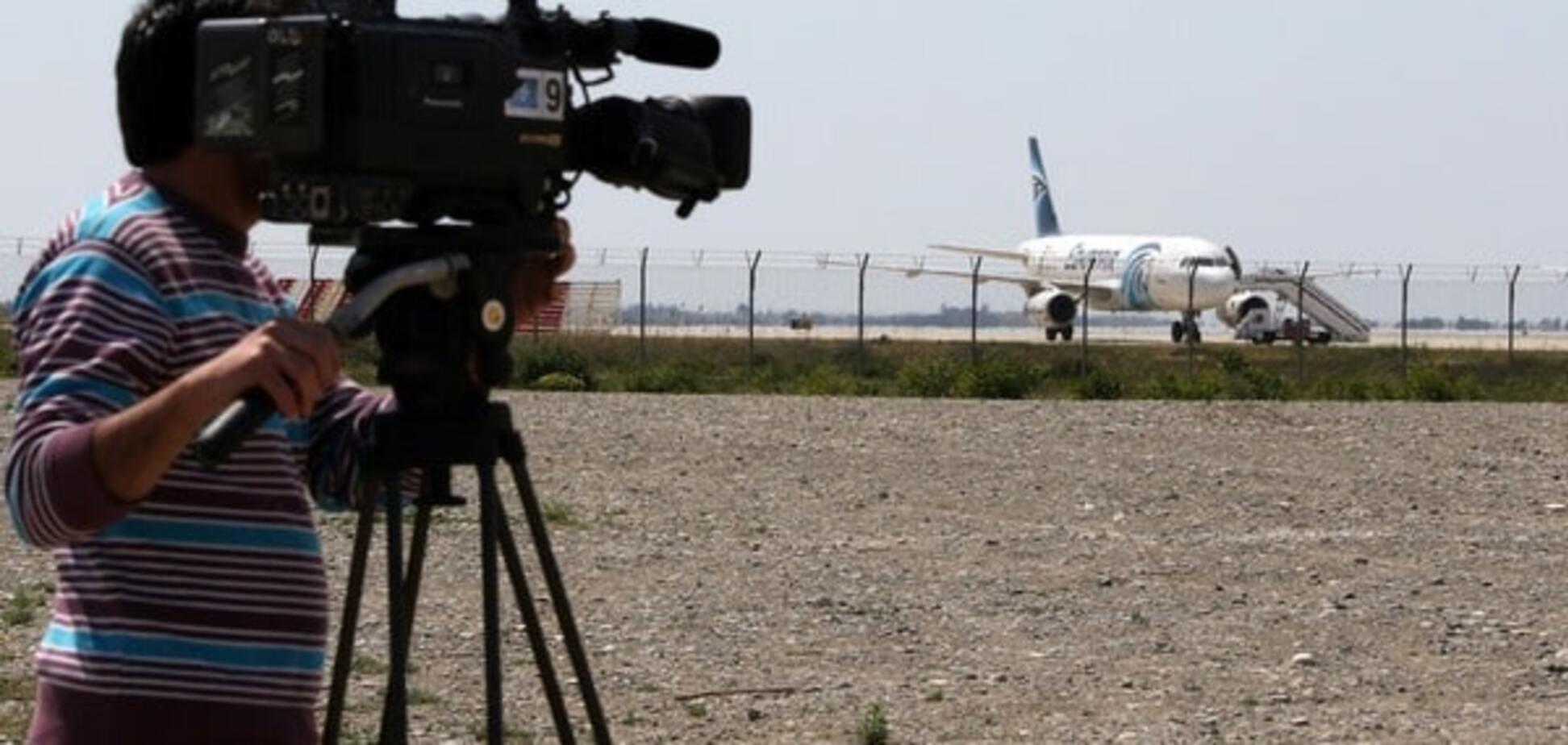 Викрадач лайнера EgyptAir вимагає дозаправити літак. Спецназ готується до штурму