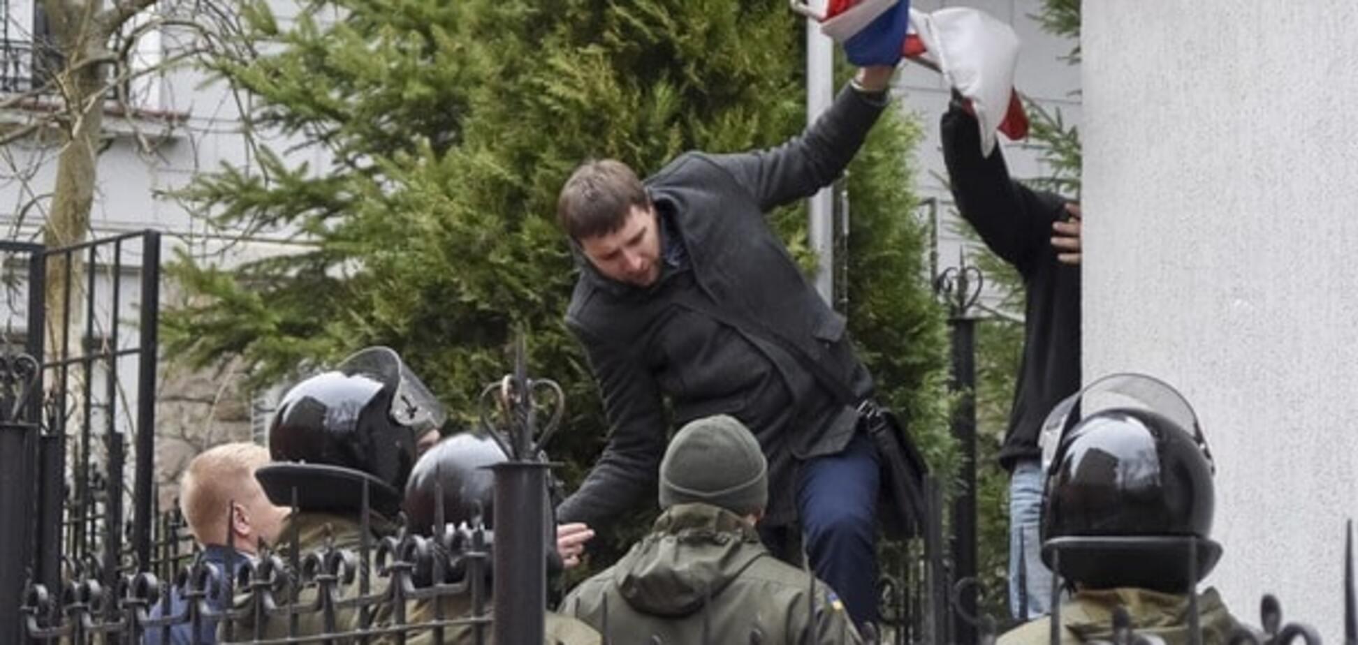 Парасюк сорвал с российского консульства во Львове флаг: опубликовано видео