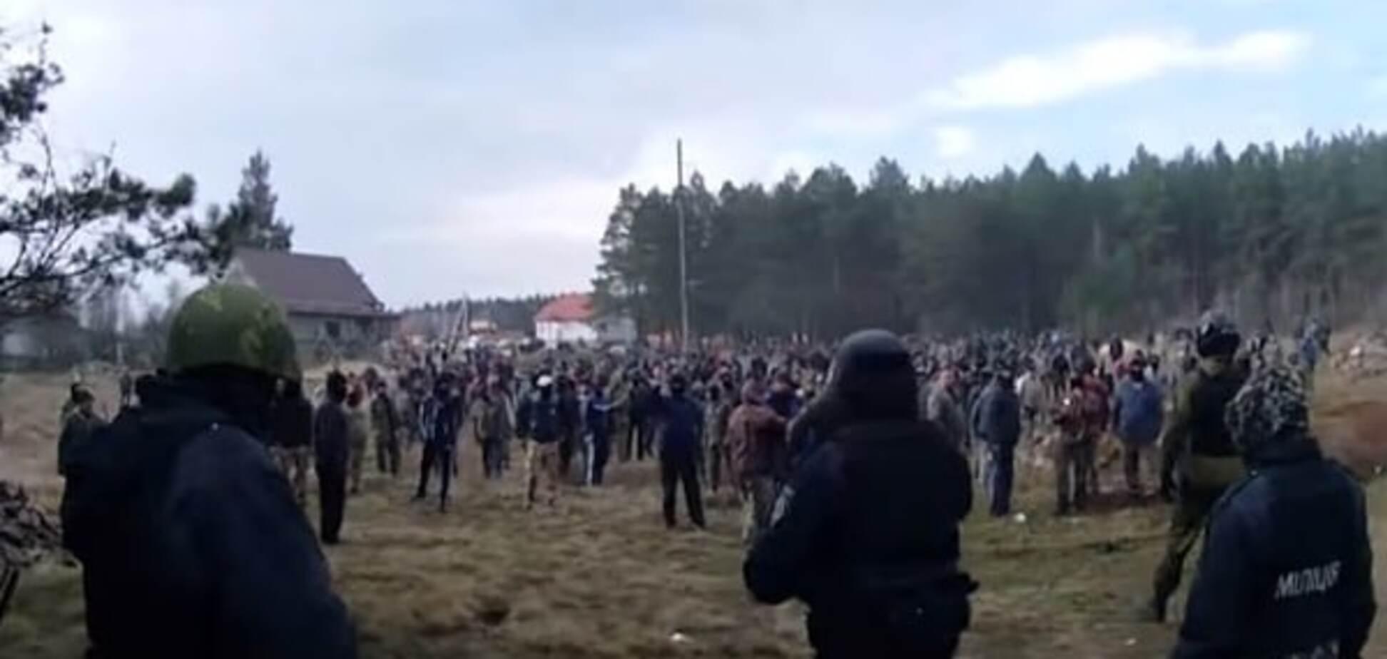 'Живими не поїдете!': опубліковано відео масової сутички поліції з бурштинокопачами