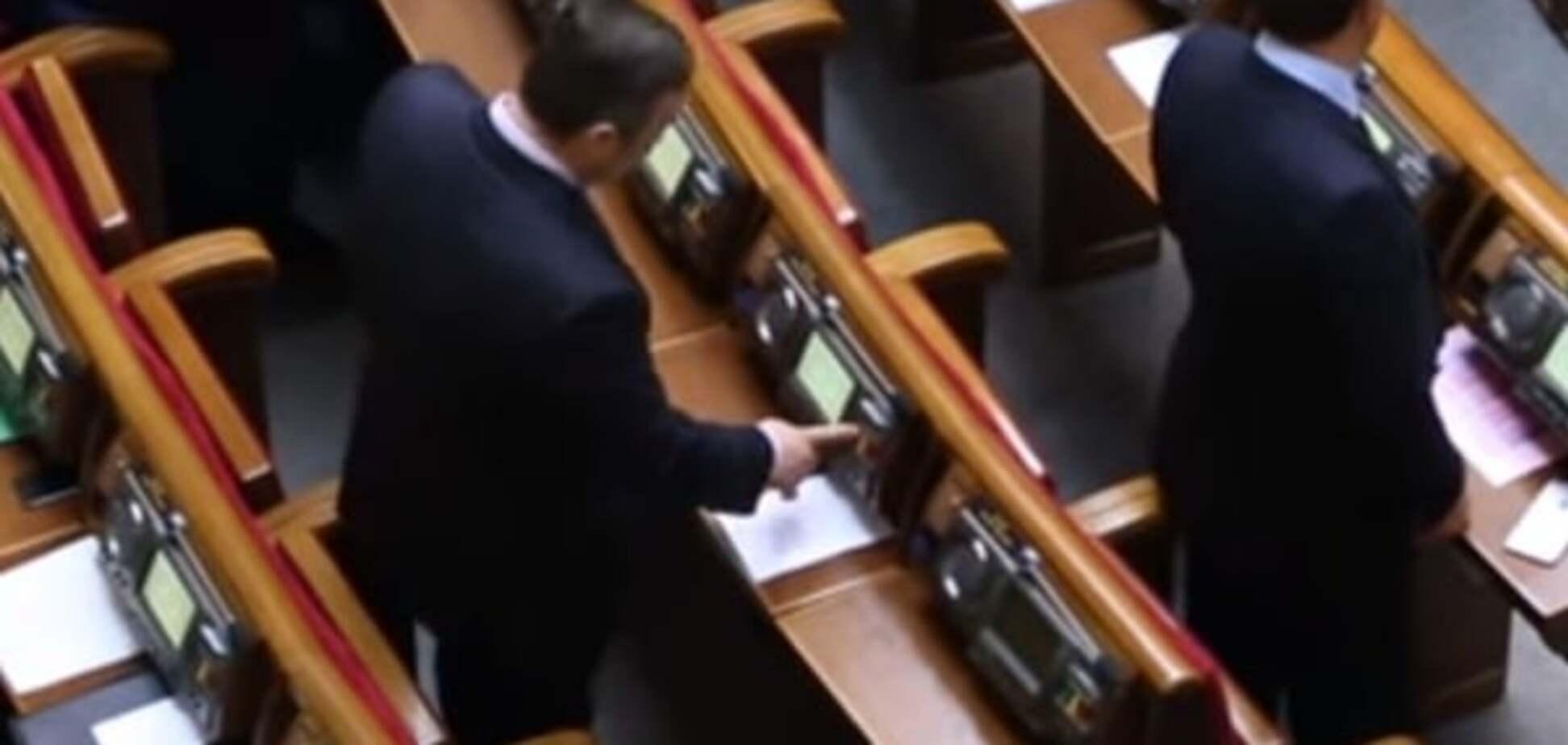 В Раде поймали 'осьминога', голосовавшего за четверых: опубликовано видео