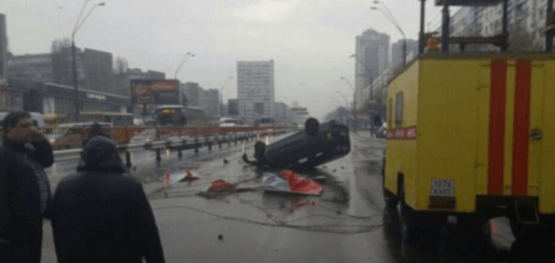 У Києві BMW збив тролейбусну опору: є постраждалі. Опубліковано відео