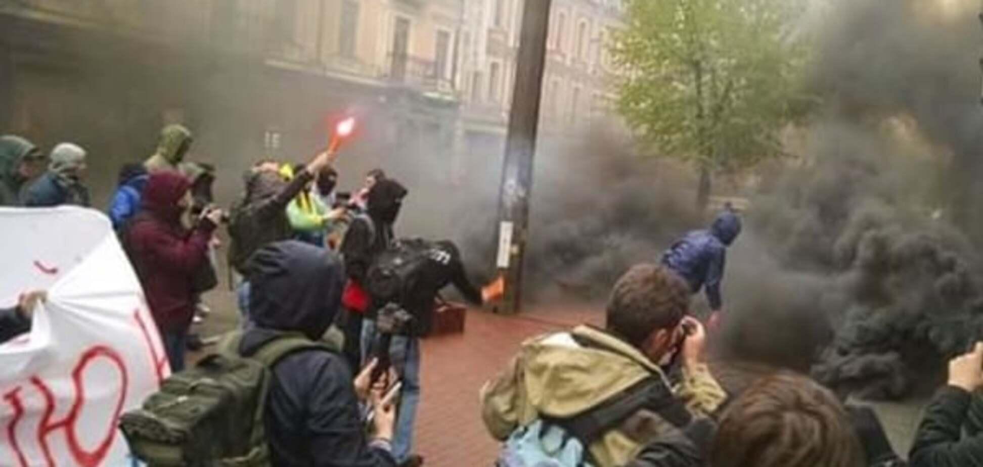 У Києві фаєрами і димовими шашками закидали центр Росспівробітництва. Фотофакт