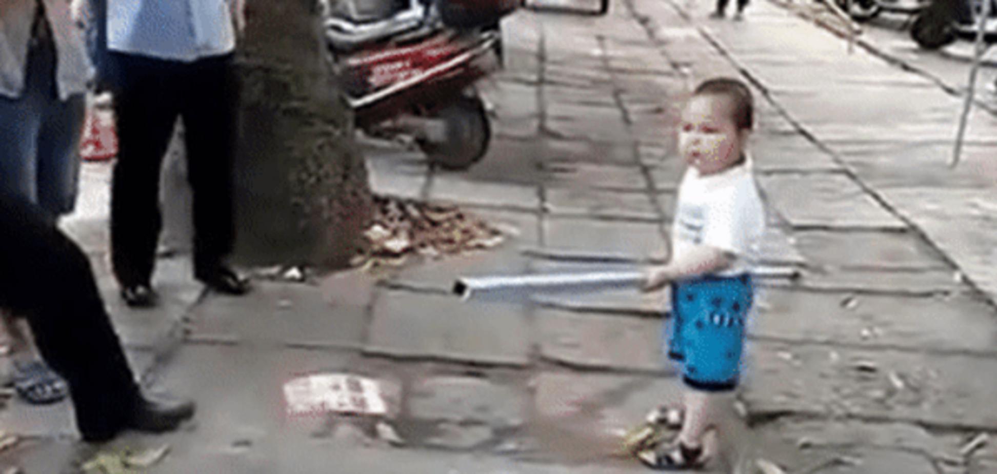 У Китаї інтернет шокувала дитина, яка захищає бабусю від поліцейських сталевою трубою