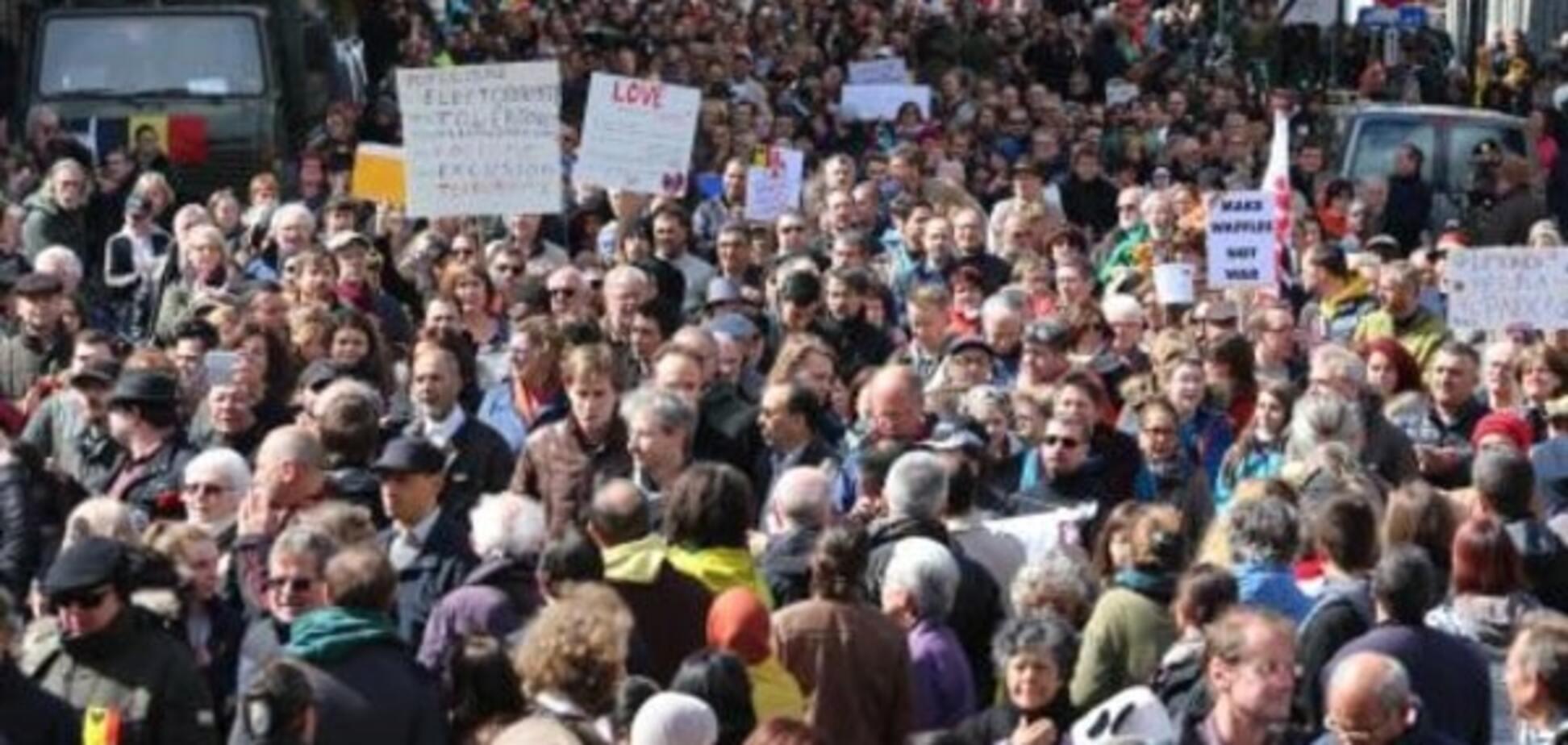 Тисячі людей перетворили центр Брюсселя у море квітів у пам'ять про жертв терористів
