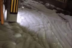 Улицы японского города после землетрясение залило странной пеной. Видеофакт