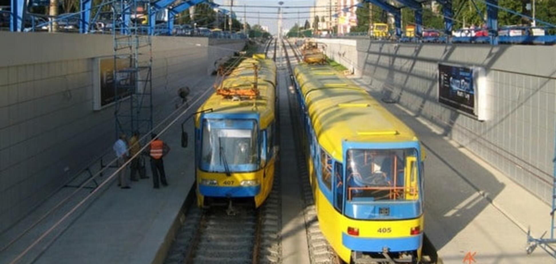 У Києві чоловік кинувся з мосту на рейки швидкісного трамвая