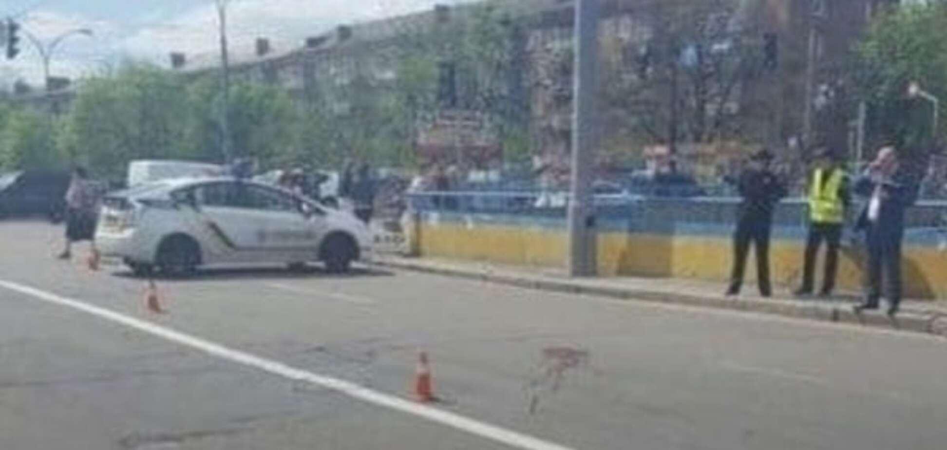 полицейский на автомобиле сбил женщину в Киеве