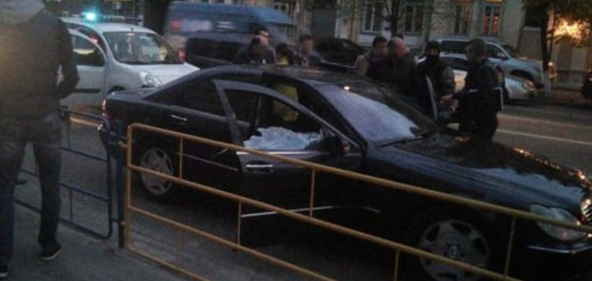 У центрі Києва спецназ зі стріляниною затримав Mercedes злочинців