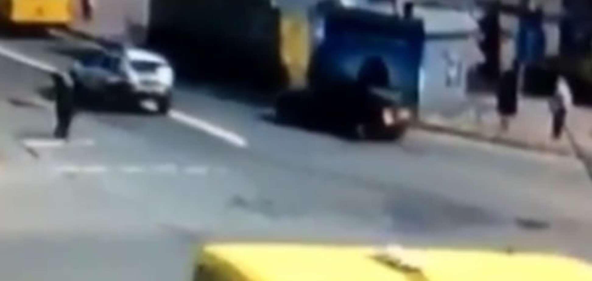 У Києві машина поліції збила жінку: з'явилося відео зіткнення