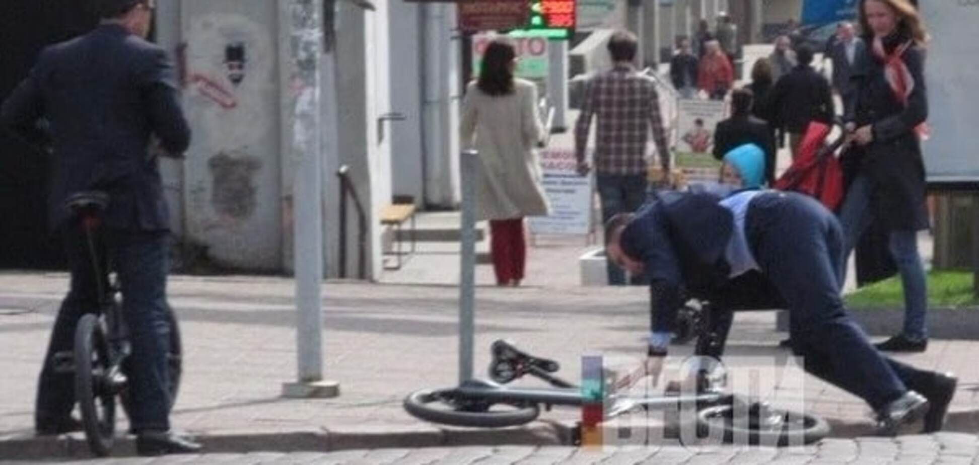 Кличко, коли їхав на роботу, гепнувся з велосипеда: фотофакт