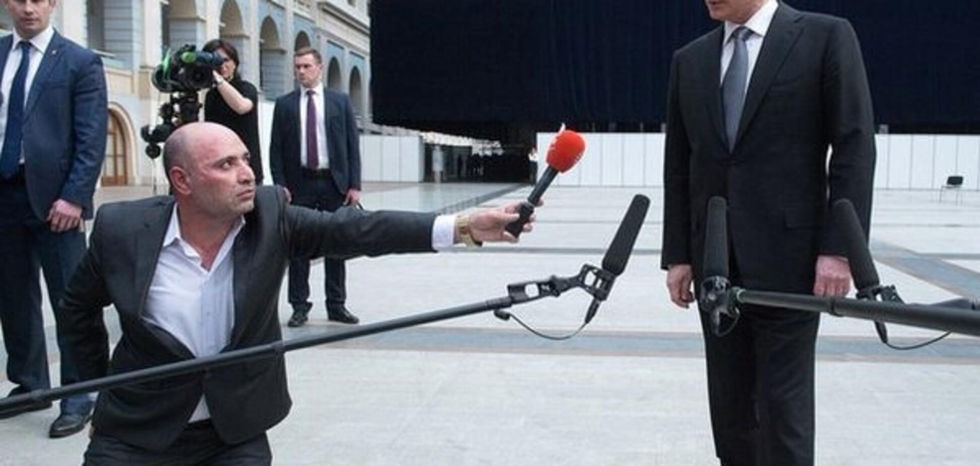 На коліна: мережа висміяла підлабузництво журналіста перед Путіним