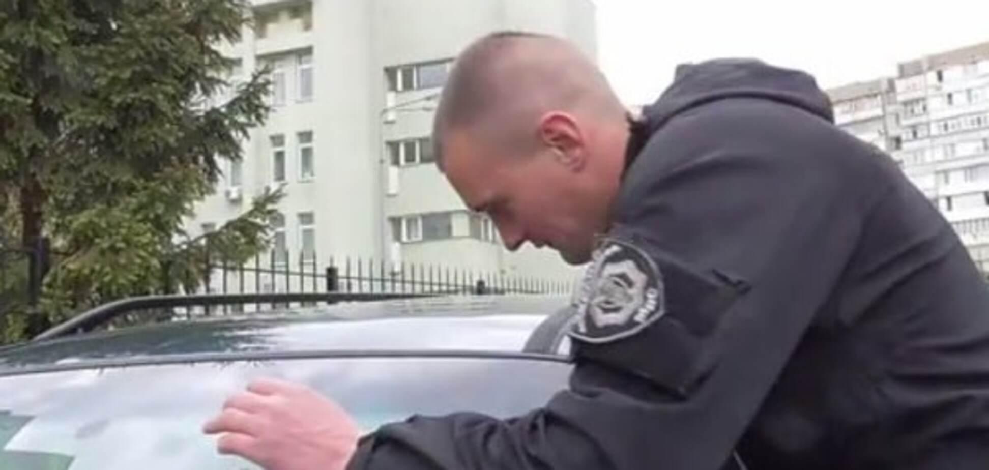 Співробітника поліції, який їздив Києвом із сепаратистською символікою, звільнили: його очікує перевірка в СБУ