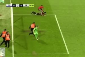 В Турции футбольный фанат сорвал матч, избив судью: видео инцидента