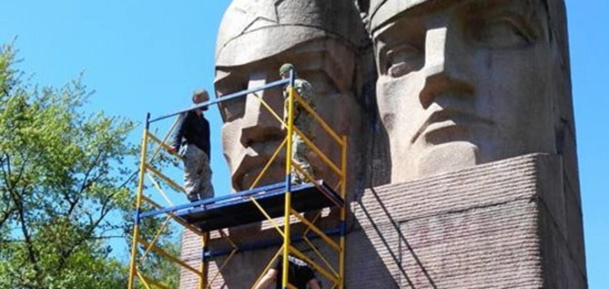 У Києві спробували знести пам'ятник чекістам