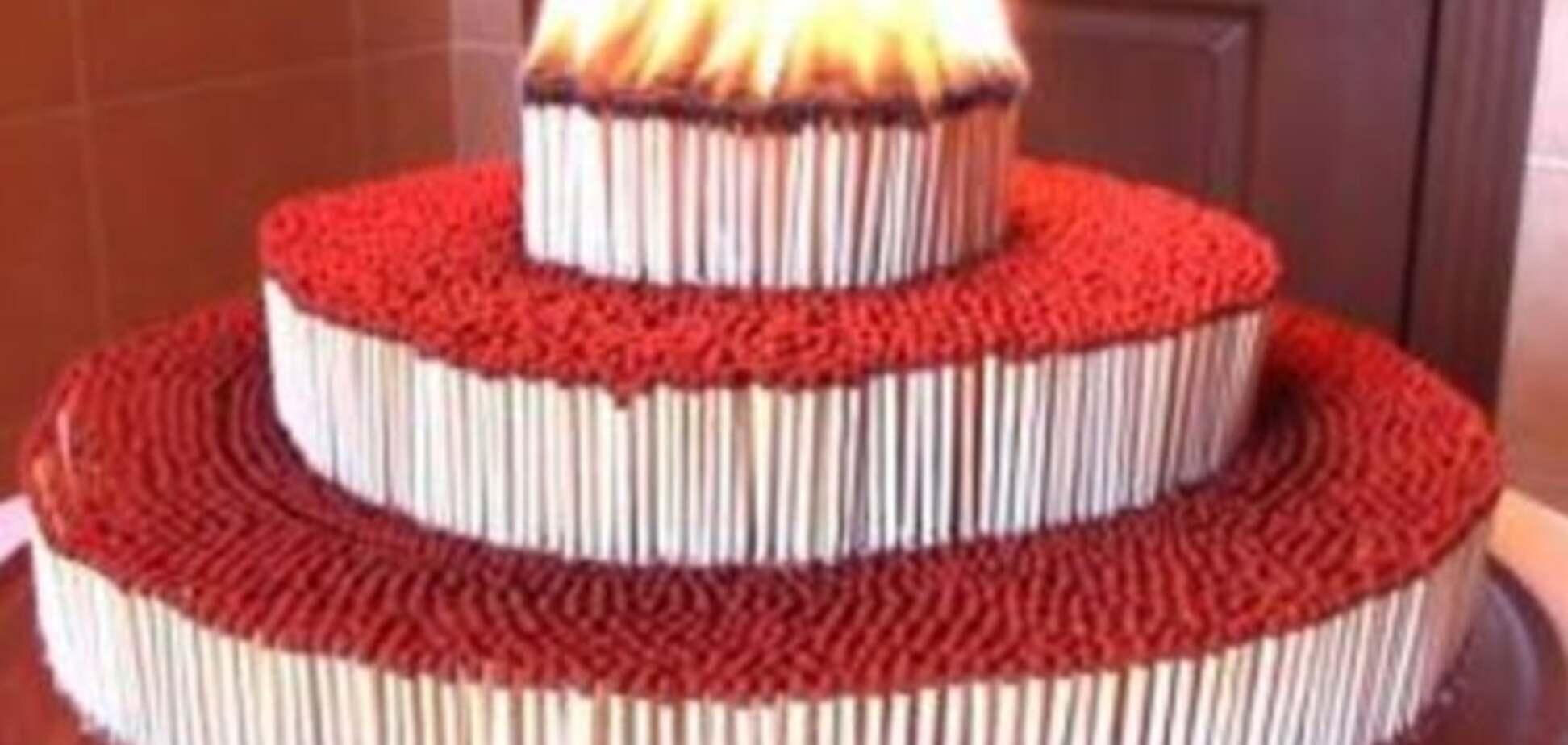 Палаюча ланцюгова реакція: в мережі показали торт із сірників