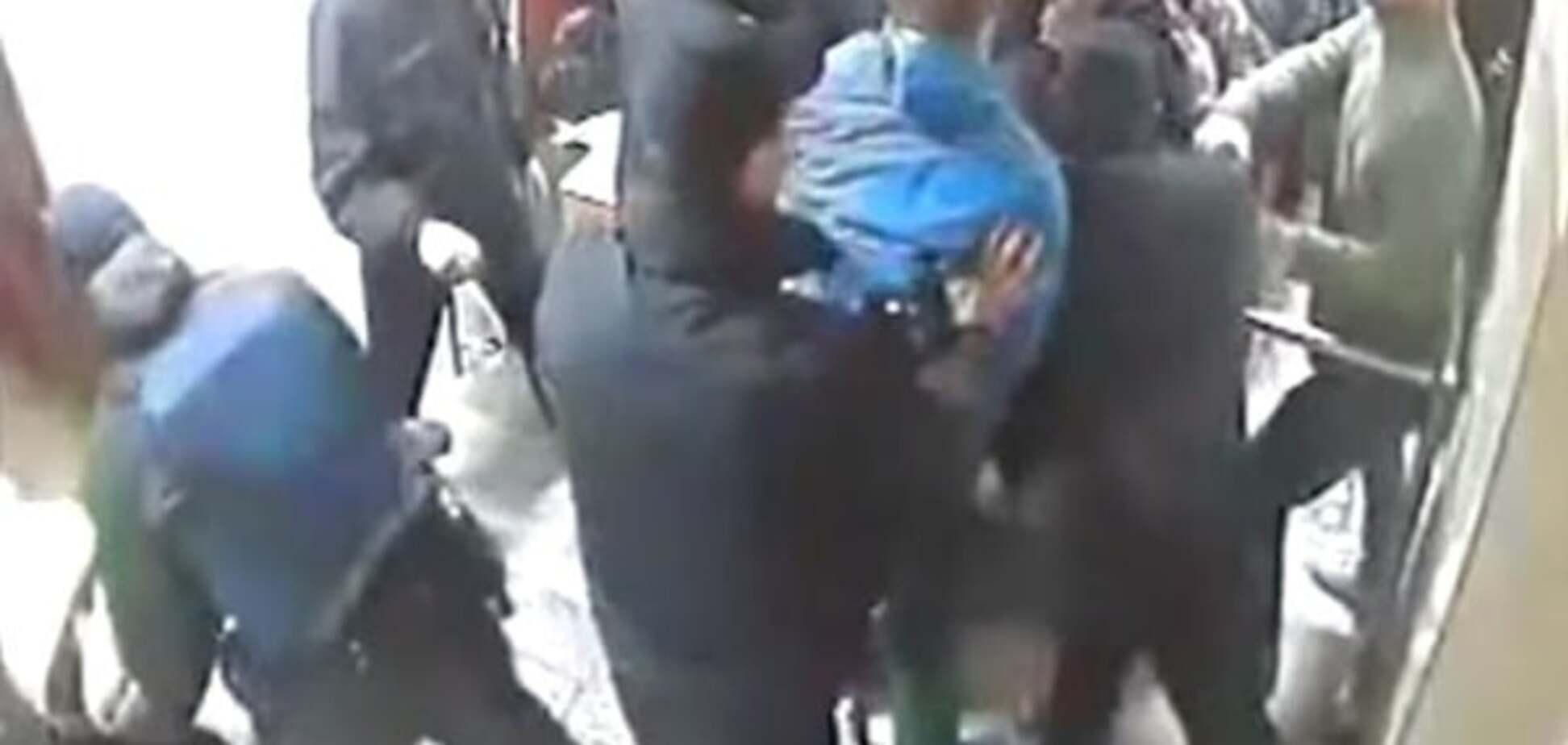 Опубліковано відео штурму молодчиками поліцейської дільниці в Києві