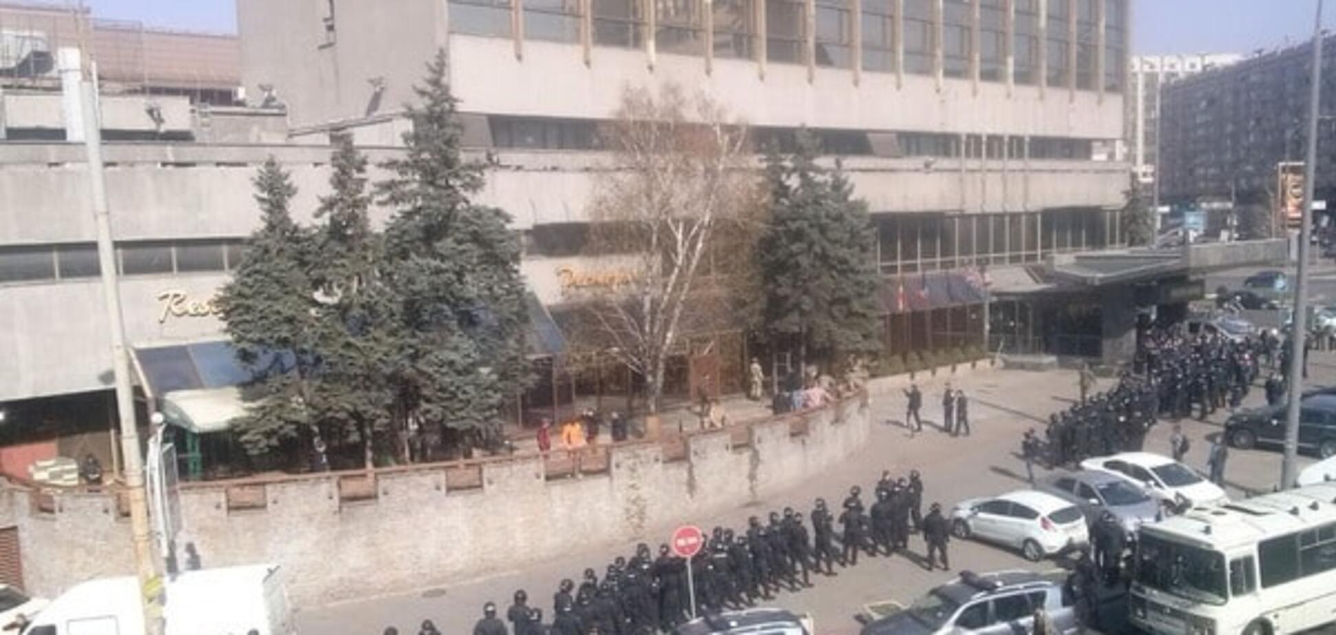 У Києві готель 'Либідь' оточив поліцейський спецназ: є затримані