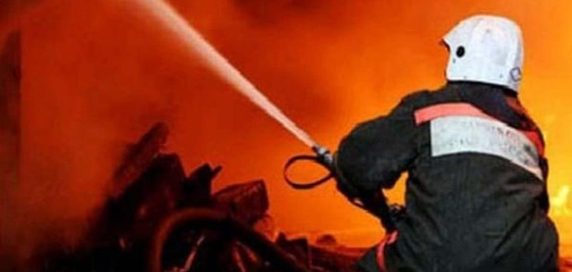 У Києві біля багатоповерхівки вночі підпалили автомобіль