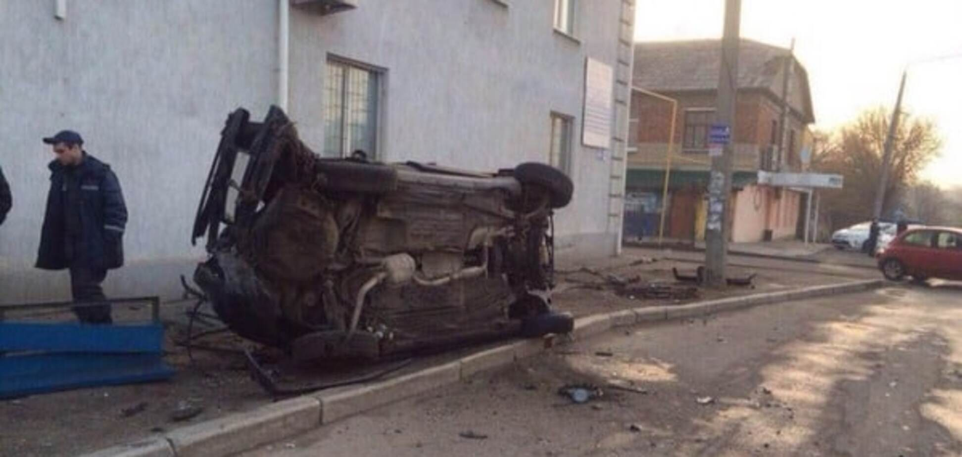 Машина розбита вщент і госпіталізація: у Харкові п'яний водій влетів у бордюрний камінь. Фотофакт