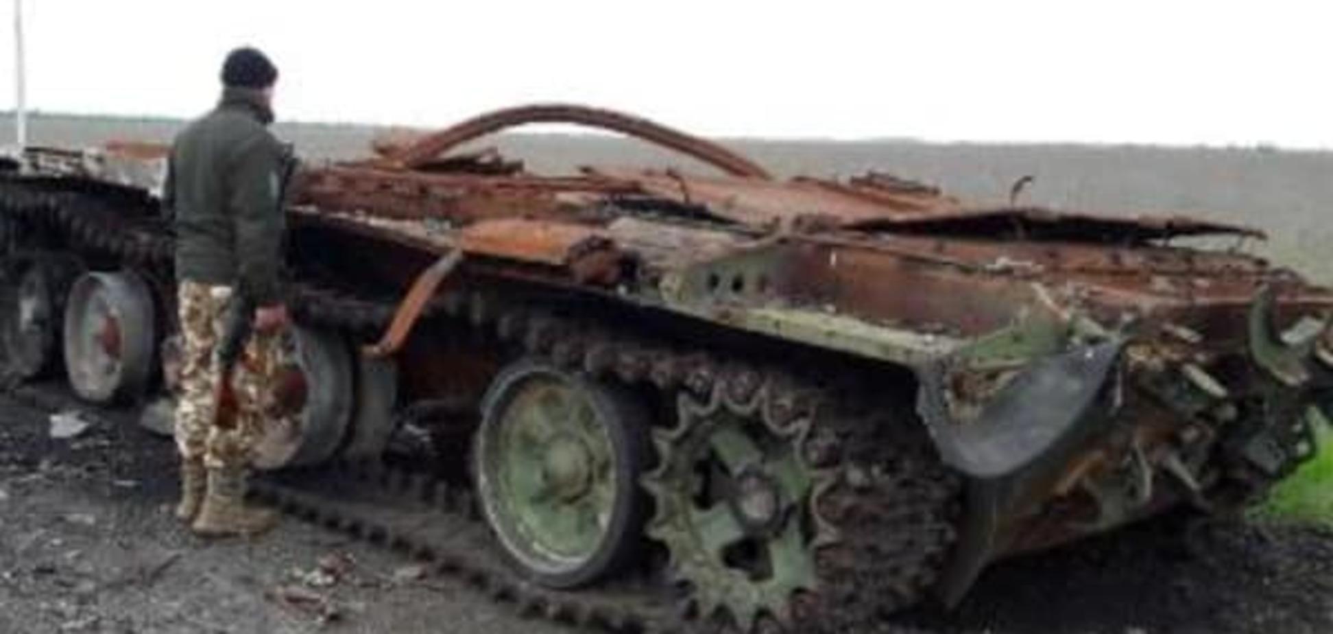 На Донбасі показали російський танк, якому 'знесло дах'