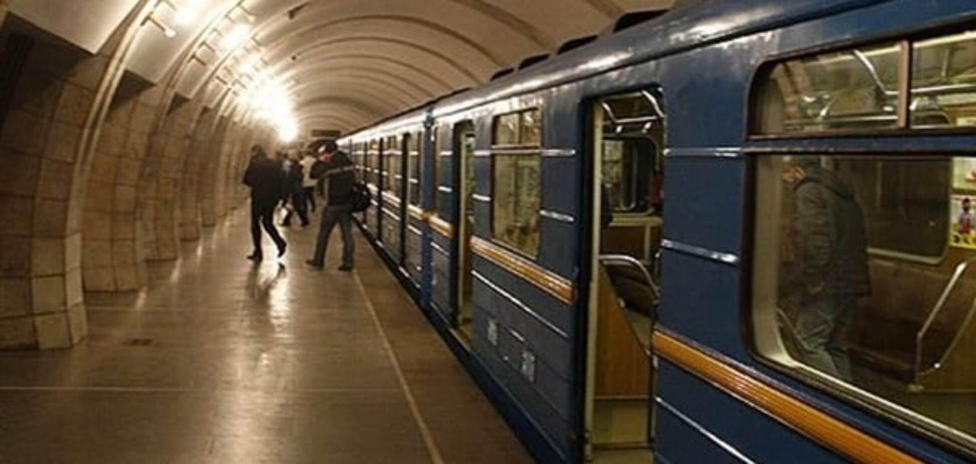 У харківському метро мама кинулася з двома дітьми під потяг