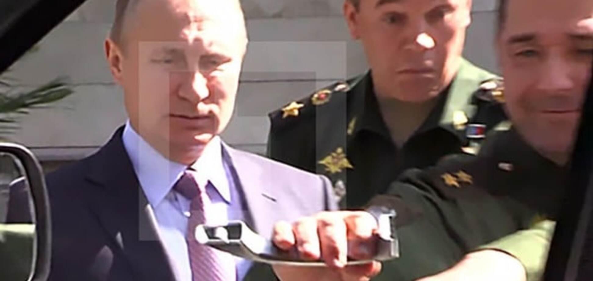 Путін зганьбився перед військовими: президент РФ не зміг відкрити двері авто