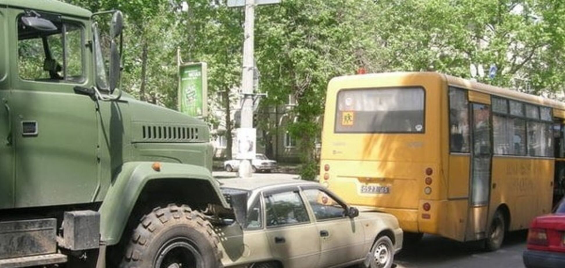 В Николаеве военный грузовик устроил аварию со школьным автобусом и легковушкой. Фотофакт