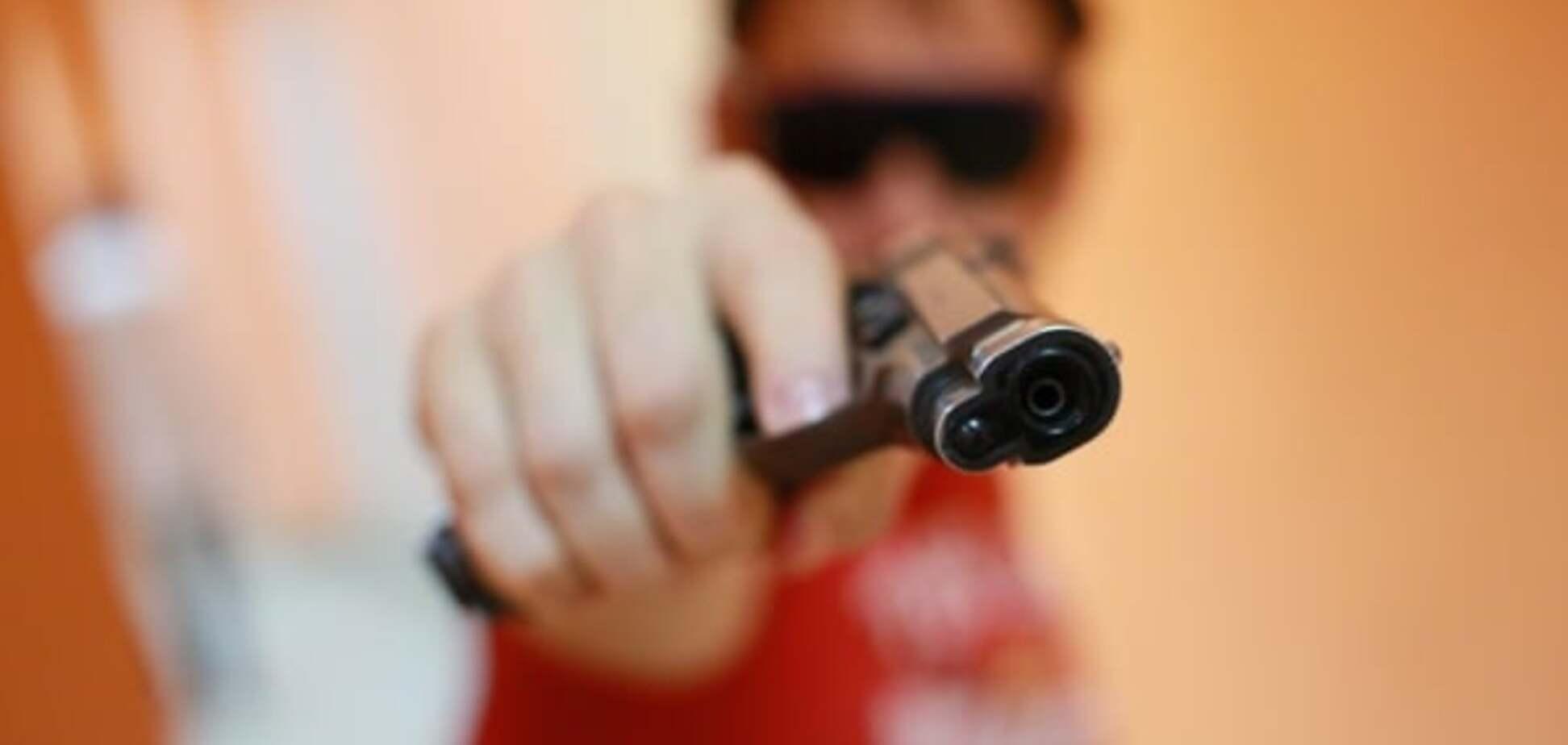 Телефон або життя: у Києві озброєний чоловік пограбував школярів