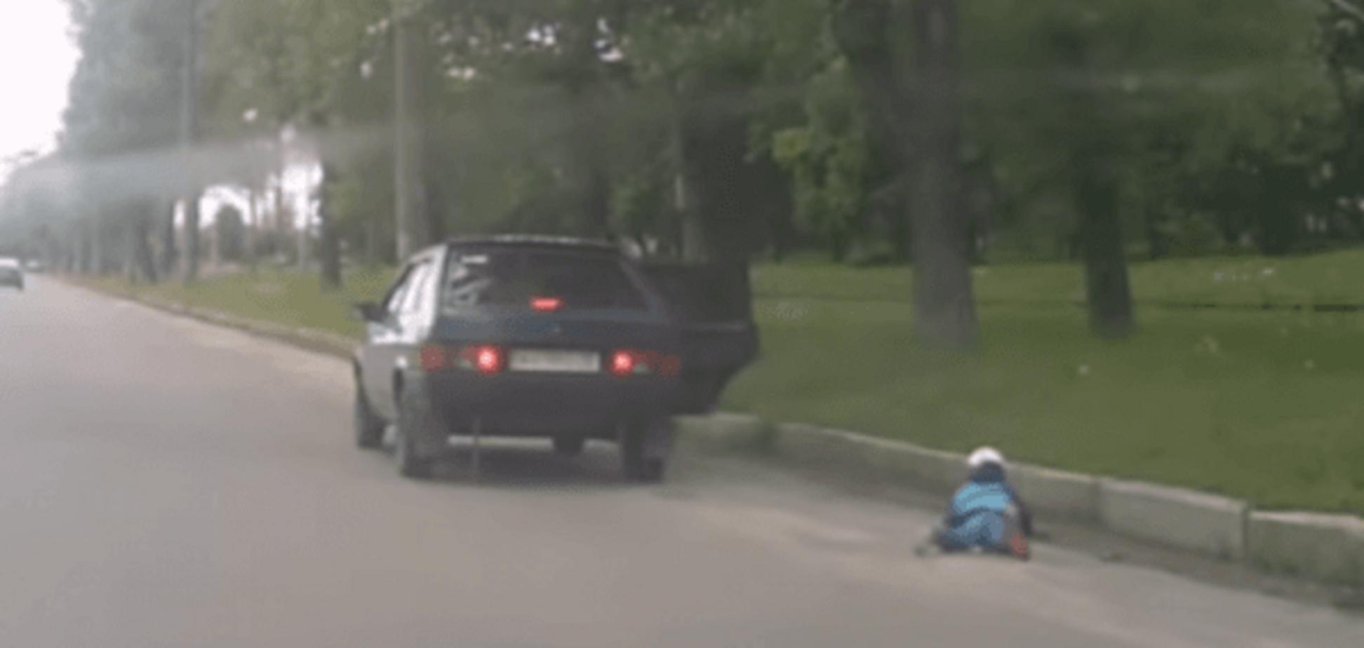 У Харкові дитина під час руху машини випала на проїжджу частину