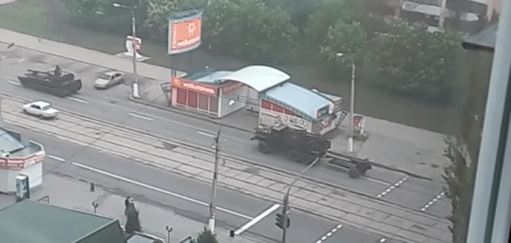 В окупованому Луганську зняли військову техніку, яка рухається містом