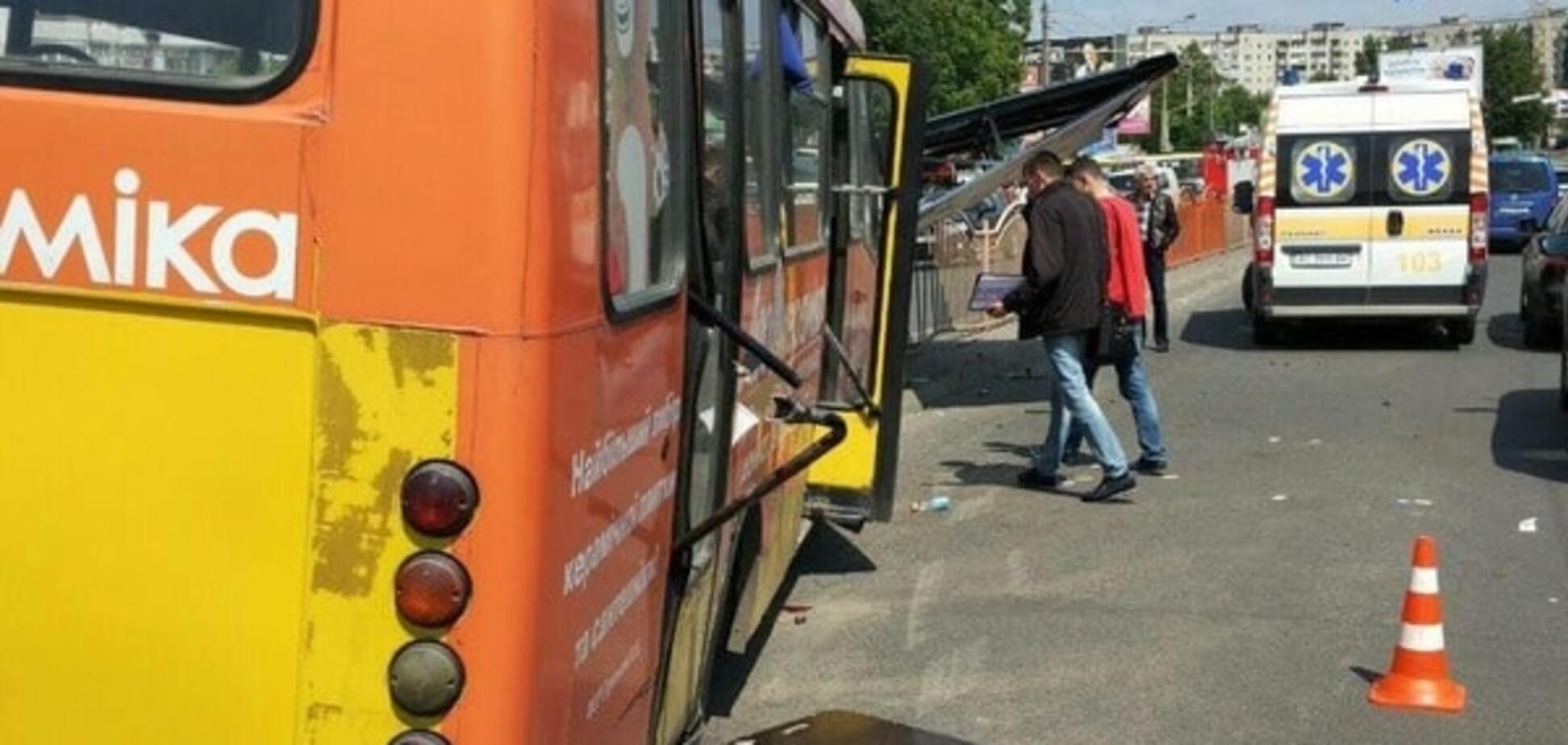 У Луцьку маршрутка з пасажирами врізалася в рекламний щит