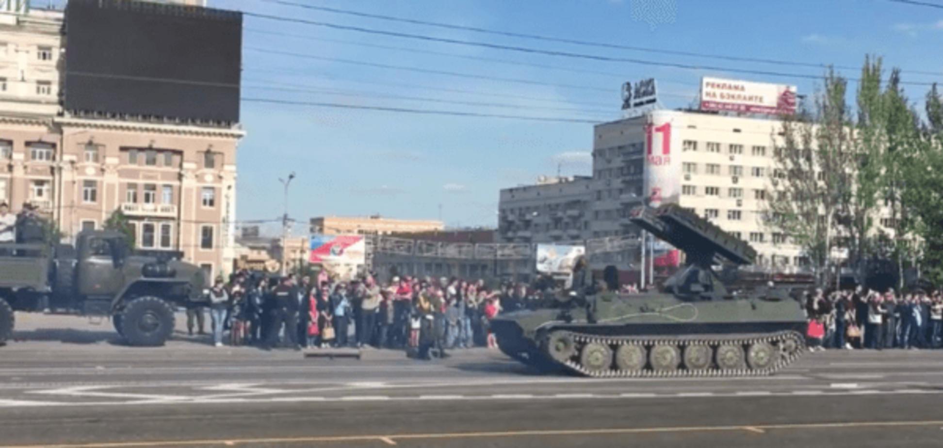 Готовятся к празднику: террористы выгнали на улицы Донецка эшелоны военной техники. Опубликованы фото и видео