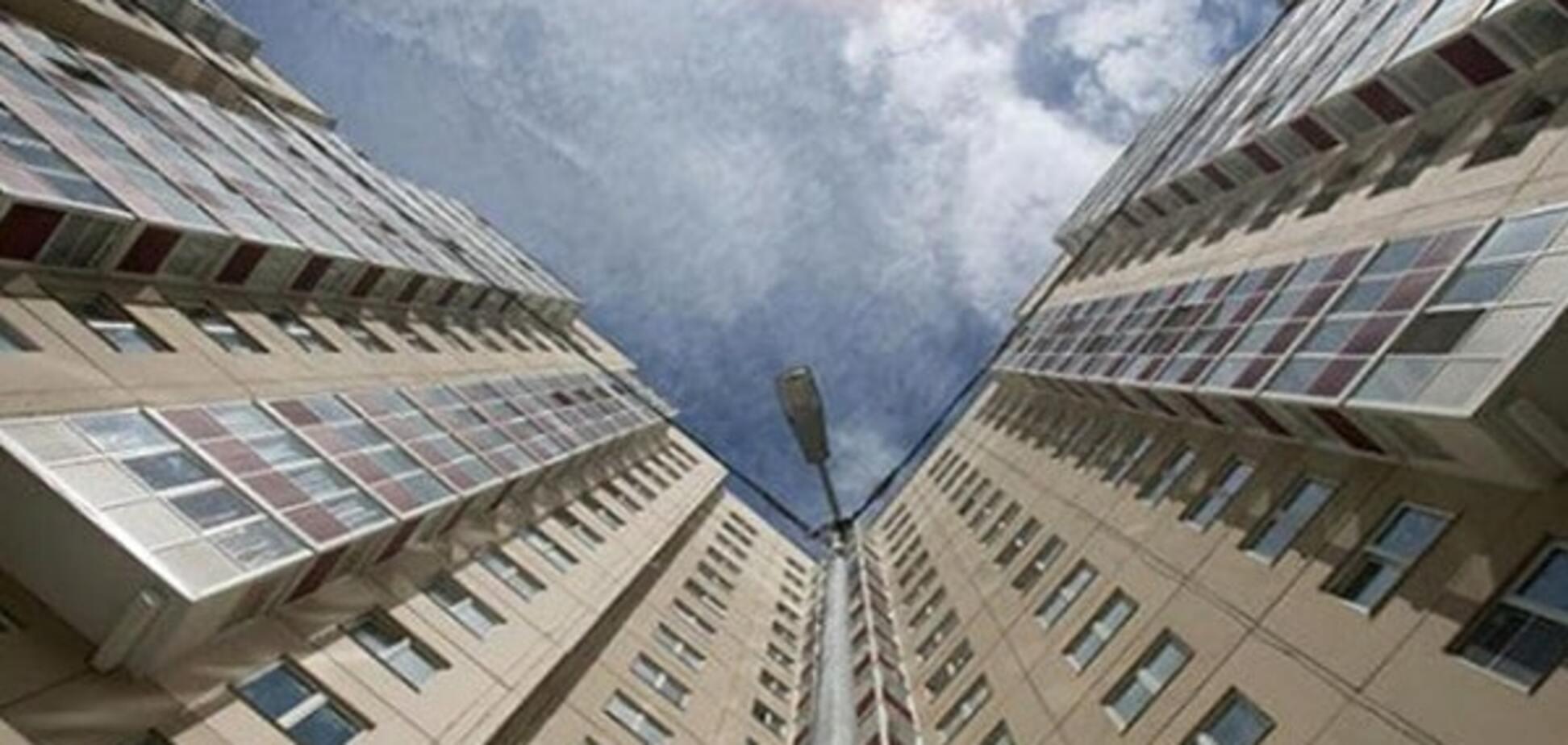 В Киеве мужчина выпал с 14 этажа