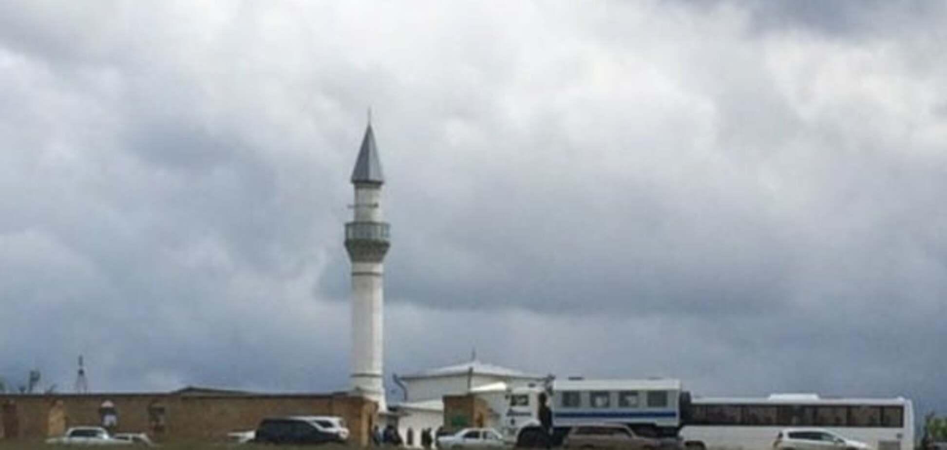 Обыски в Крыму: ОМОН насильно увез из мечети более сотни мусульман. Фотофакт