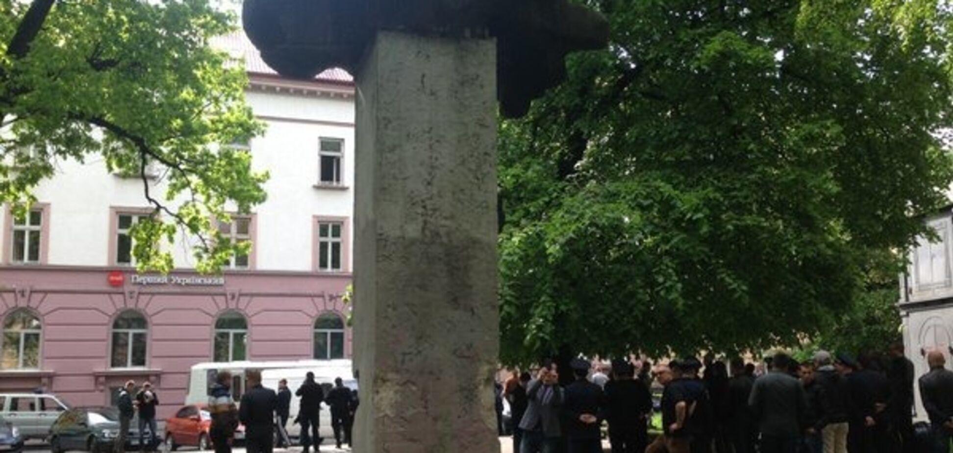 Сутички у Львові: активісти намагалися знести пам'ятник радянському письменнику