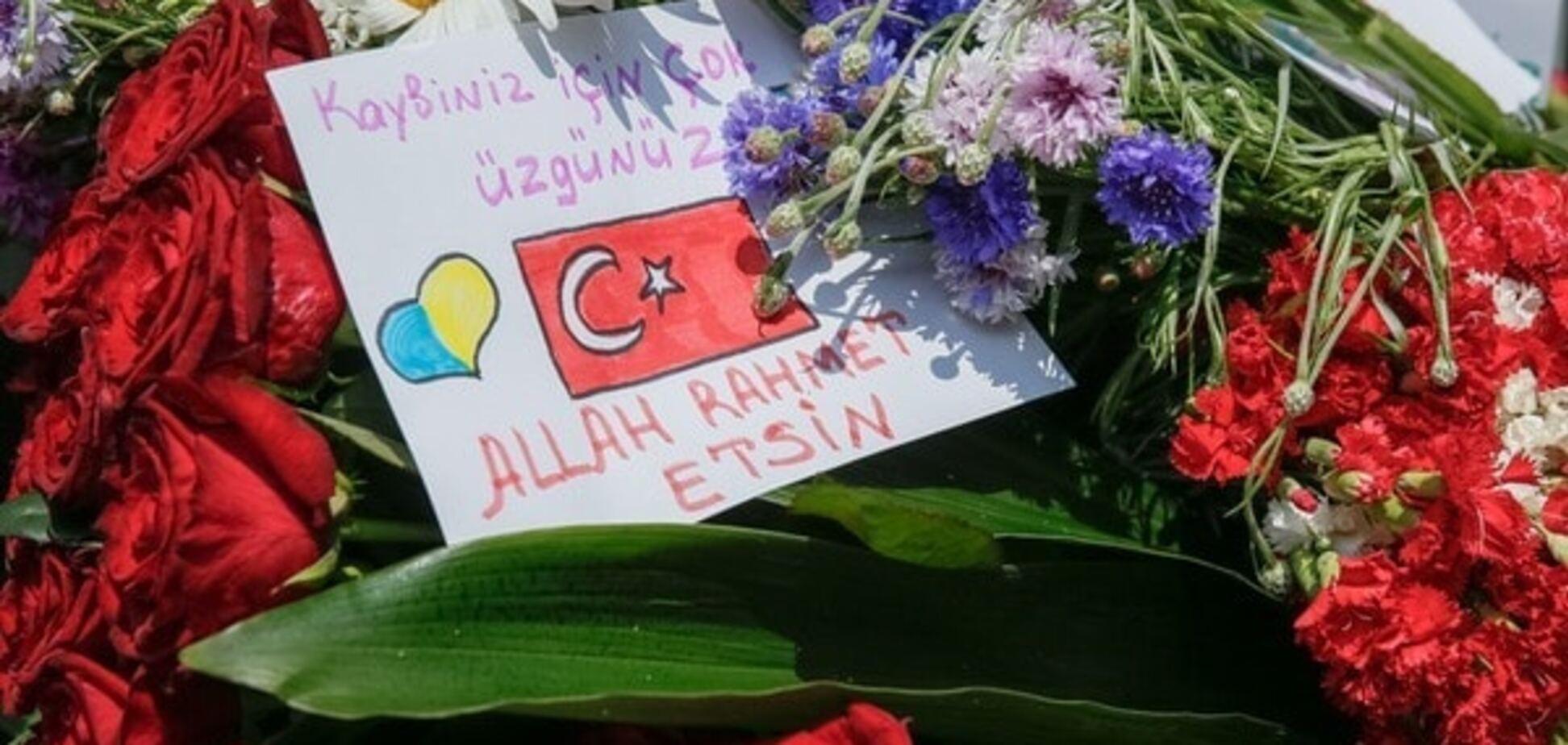 Цветы возле посольства Турции в Киеве