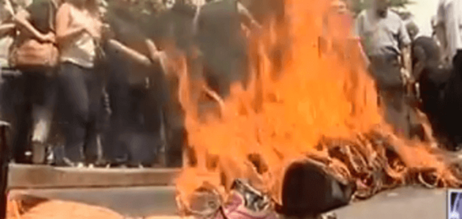 В Тбилиси сожгли чучело Саакашвили