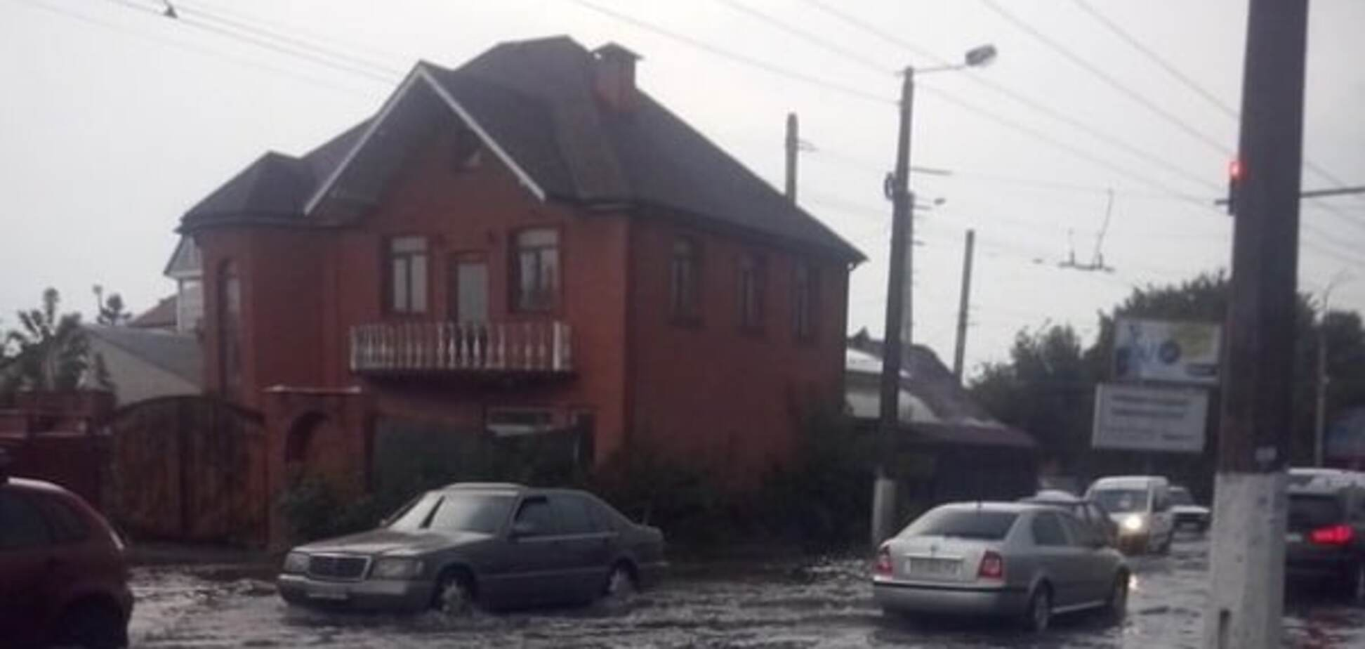 Улицы стали реками: в Житомире люди купались на затопленных ливнями дорогах. Опубликованы фото и видео