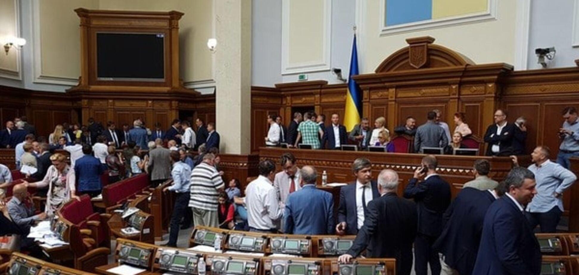 Парламент, який не працює, але не закривається!