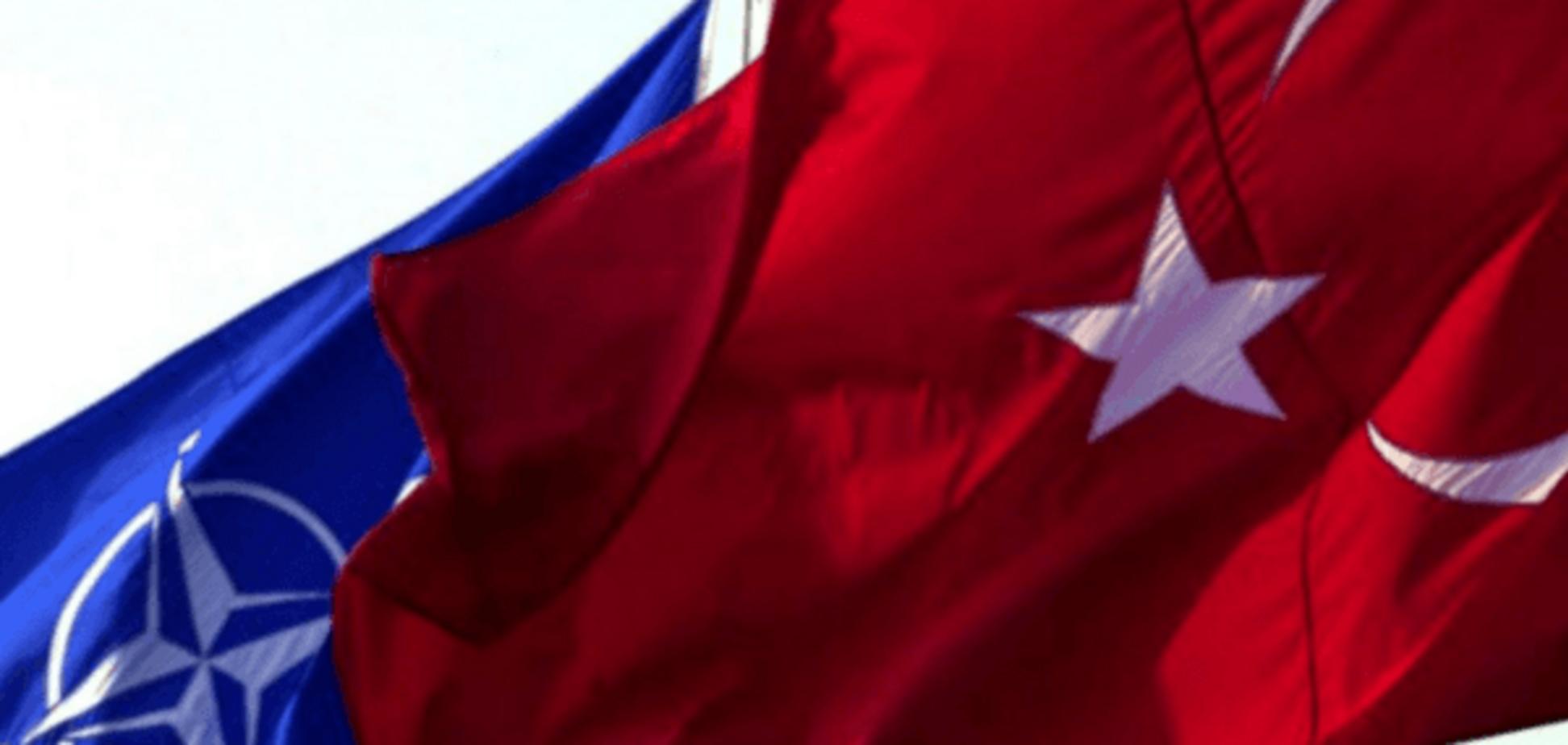 Прапори НАТО і Туреччини