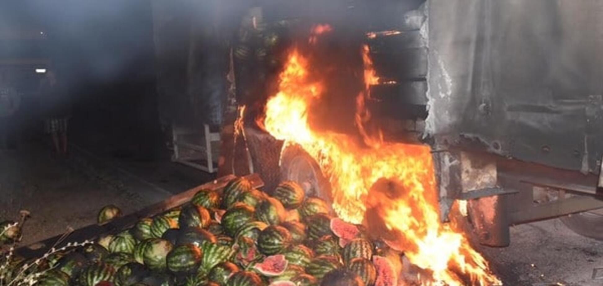 'Так и врага победим': под Херсоном горящую фуру тушили арбузами. Опубликованы фото