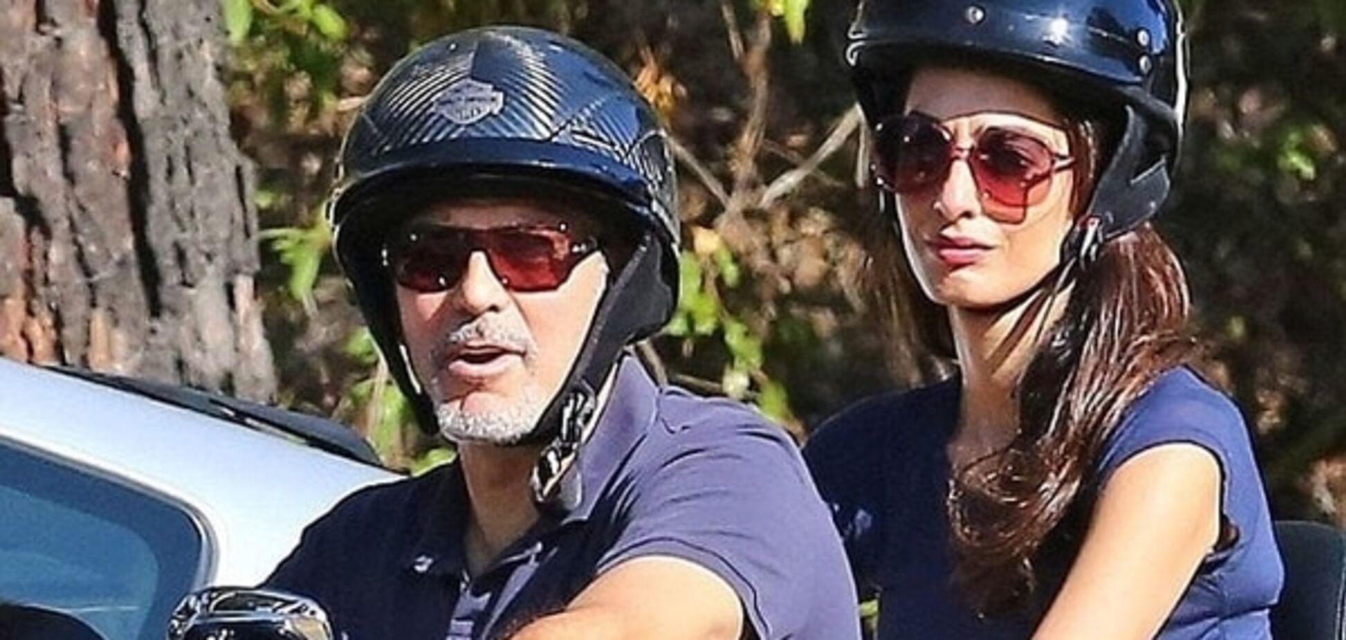 Дерзкие байкеры: Джордж и Амаль Клуни прокатились на крутом мотоцикле