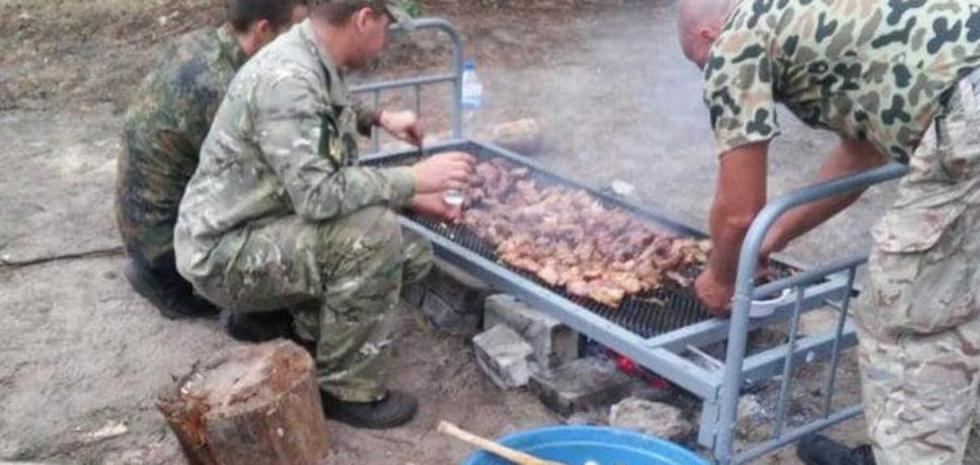 Украинские военные едят шашлык